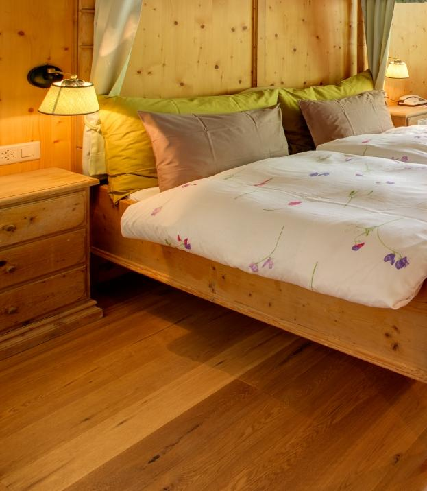 Chambre avec lit baldaquin hotel berghof zermatt for Chambre avec lit baldaquin